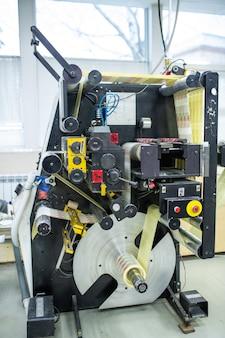 Druckmaschinenmaschine mit drehmechanismus drucken von bunten bildern in der fabrik