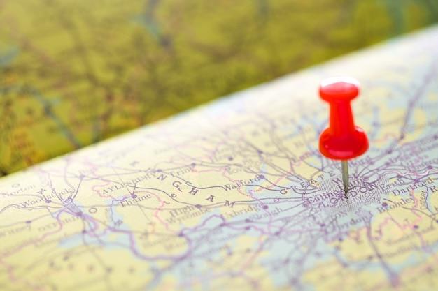 Drücken sie den roten stift, der auf die karte in london für reise zeigt