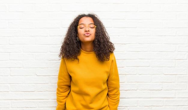 Drücken sie die lippen zusammen mit einem süßen, lustigen, fröhlichen, schönen ausdruck und senden sie einen kuss