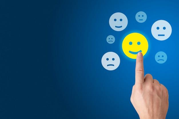 Drücken sie für eine zufriedenheitsumfrage von hand auf die exzellente bewertung eines glücklichen smileys. kundenerlebniskonzept.
