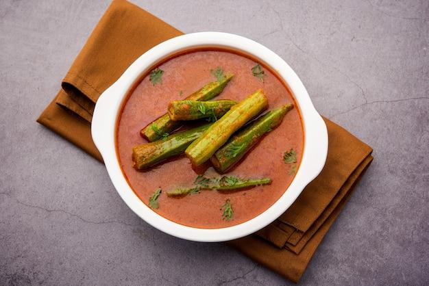 Drumstick curry® ist eine köstliche und würzige gemüsesoße oder ein trockenrezept, das mit moringa-sticks und gewürzen zubereitet wird. gesundes indisches essen