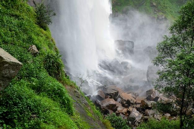 Dschungel schöner wasserfall gebirgsflussstrom landschaft großer wasserfall