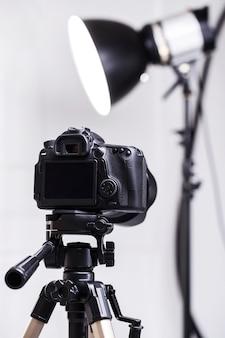 Dslr-kamera auf stativ