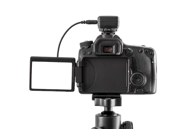 Dslr-kamera isoliert auf weiß mit beschneidungspfad