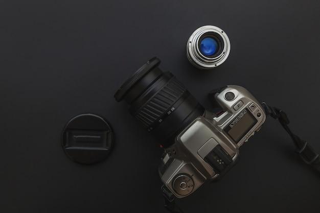 Dslr-kamerasystem auf dunkelschwarzem tisch