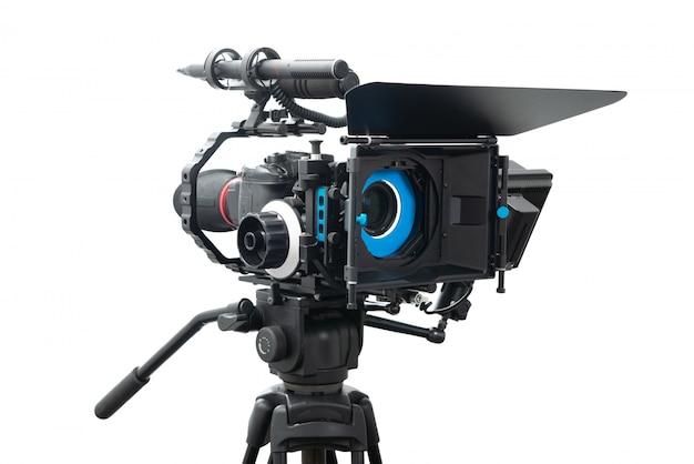 Dslr-videokameraanlage lokalisiert auf weiß