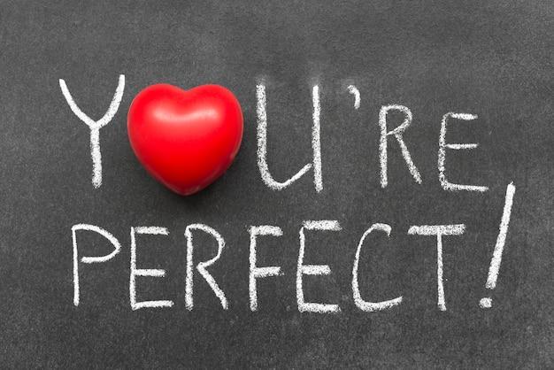 Du bist ein perfektes ausrufezeichen, handgeschrieben auf tafel mit herzsymbol anstelle von o