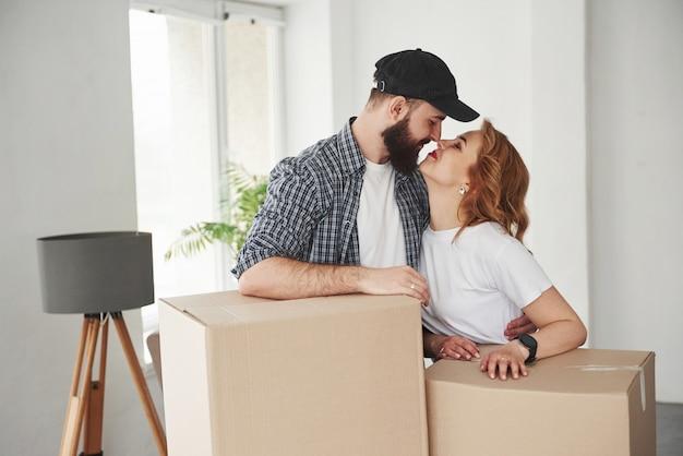 Du bist toll. glückliches paar zusammen in ihrem neuen haus. konzeption des umzugs