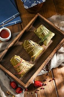 Duanwu festival reisknödel und reiswein auf holzteller