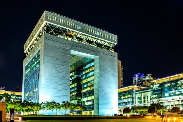 Dubai - 7. dezember: the gate - hauptgebäude des dubai international financial centre, des am schnellsten wachsenden internationalen finanzzentrums im nahen osten