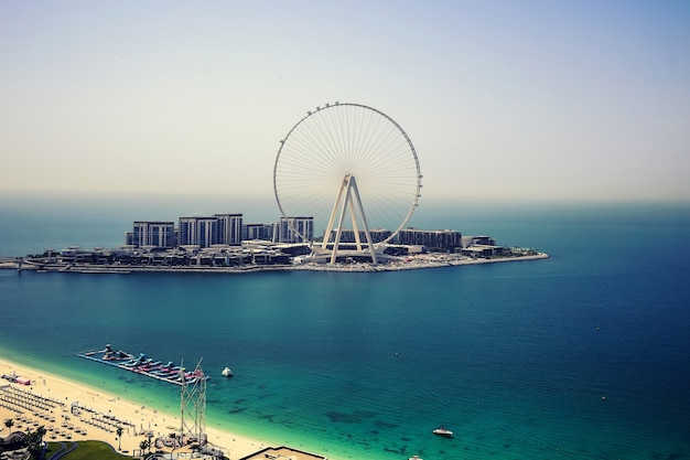 Dubai eye ferris beobachtungsrad und türkisfarbene seelandschaft