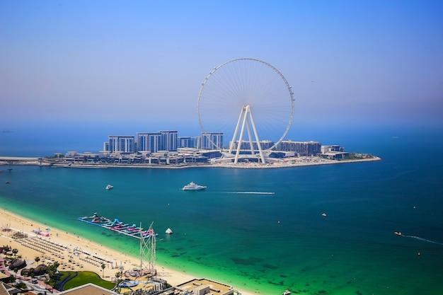 Dubai eye ferris beobachtungsrad während des sonnigen tages, touristische attraktion, luxusleben