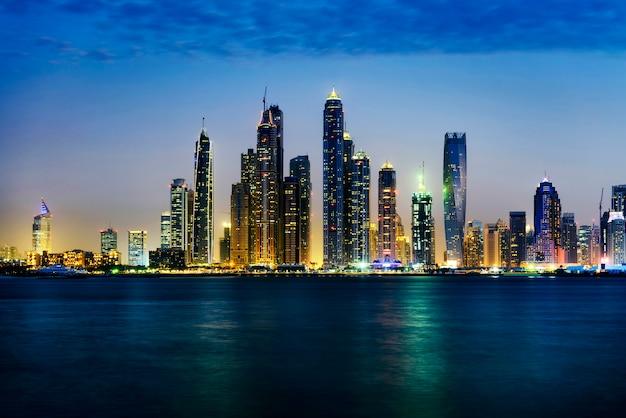 Dubai marina in der dämmerung