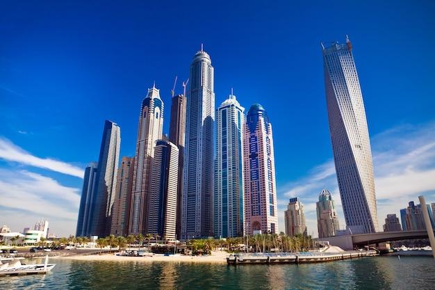 Dubai marina mit luxusyachten in den vae