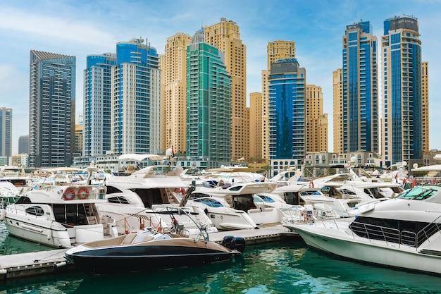 Dubai marina wolkenkratzer und hafen in dubai vereinigte arabische emirate