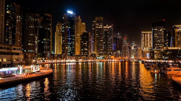 Dubai. nacht dubai marina. stadtnachtlandschaft.