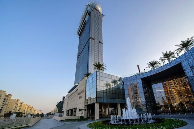 Dubai shopping-destination, die nakheel mall dubai, vereinigte arabische emirate. mall-namensschild in englisch und arabisch.