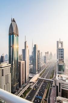 Dubai skyline in der sonnenuntergangszeit, vereinigte arabische emirate