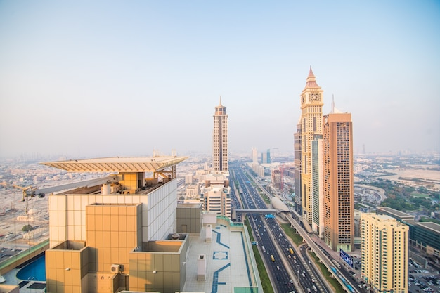 Dubai skyline in der sonnenuntergangszeit, vereinigte arabische emirate Kostenlose Fotos
