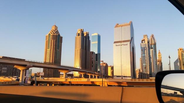 Dubai-skyline in der sonnenuntergangzeit, vereinigte arabische emirate