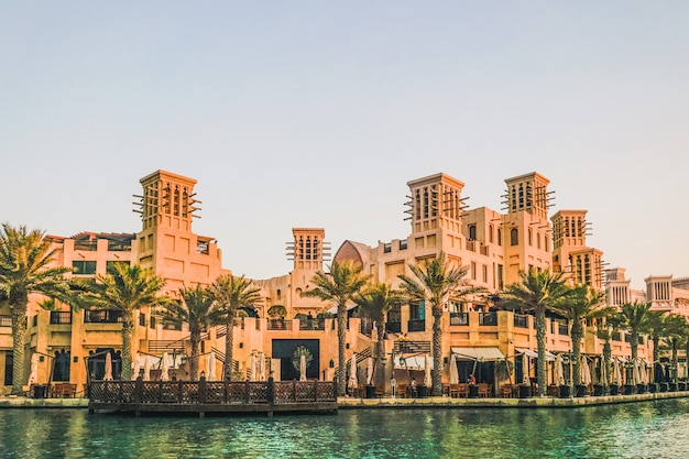 Dubai. souk madinat jumeirah in dubai am frühen morgen.