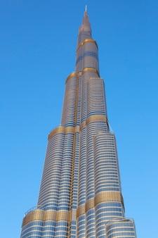 Dubai, vae - 27. november: burj khalifa am 27. november 2014 in dubai, uae. der burj khalifa ist derzeit mit 829,84 m das höchste gebäude der welt.