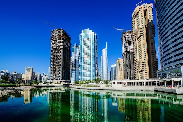 Dubai, vereinigte arabische emirate - 19. oktober 2016: jumeirah lake towers. bild aufgenommen am 19. oktober 2016