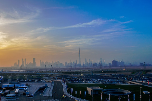 Dubai, vereinigte arabische emirate, 20. april 2016: downtown dubai stadtbild panoramablick von der meydan-brücke bei nacht