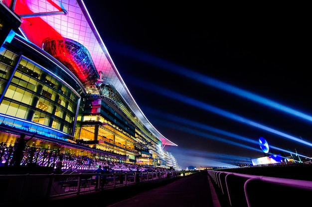 Dubai, vereinigte arabische emirate - 28. märz: meydan hotel in dubai, vereinigte arabische emirate, wie am 28. märz 2015 gesehen. das meydan ist das weltweit erste 5-sterne-hotel am streckenrand mit 285 zimmern, 2 rennstrecken und der tribüne.