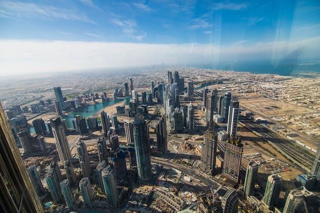 Dubai, vereinigte arabische emirate - dezember 2019: an der spitze burj khalifa, dubai, vereinigte arabische emirate