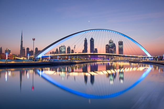 Dubai-wasserkanal am sonnenaufgang, dubai, vereinigte arabische emirate im november 2017