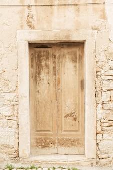 Dubrovnik, kroatien, 2019. steingebäude mit alter beiger holztür des jahrgangs