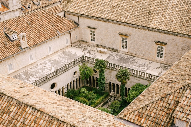 Dubrovnik kroatien kann den innenhof des franziskanerklosters in dubrovnik fotografiert aus