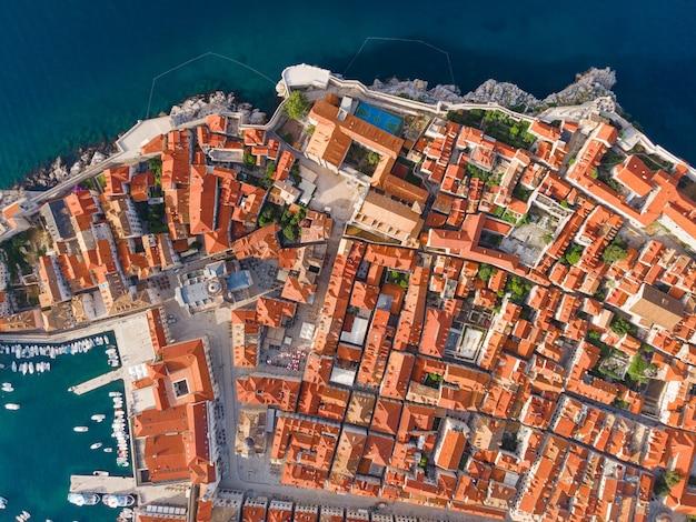 Dubrovnik kroatien luftaufnahme der altstadt mit dächern und adria draufsicht von der drohne