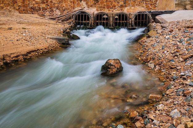 Düker fließenden stahlgitter industriewasser zeitlupe ins meer freigeben.