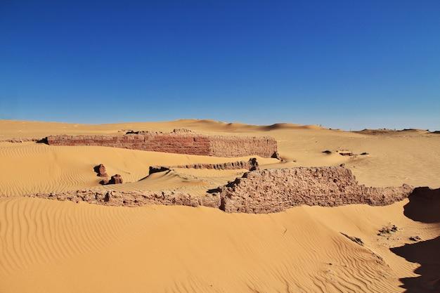 Dünen in timimun verließen stadt in sahara-wüste, algerien