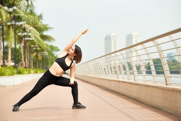 Dünne frau, die yogatraining tut