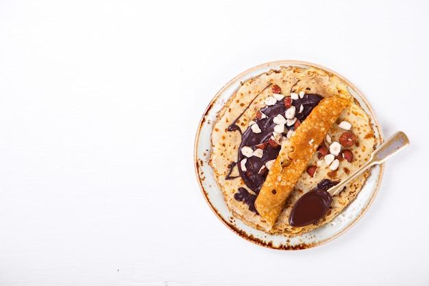 Dünne pfannkuchen mit honig