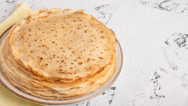 Dünne pfannkuchen mit kopierraum. bliny. maslenitsa