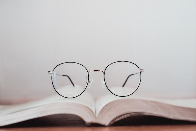 Dünne rahmengläser auf buch lesen