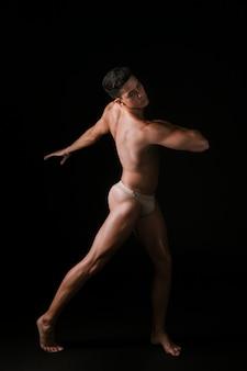 Dünner mann, der während des tanzes spinnt