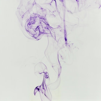 Dünner violetter rauch