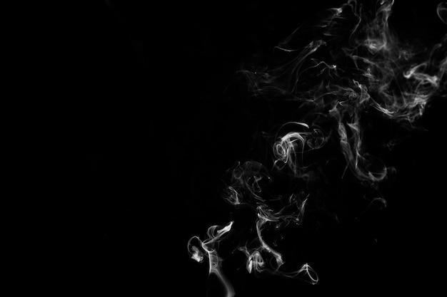 Dünner weißer rauch auf schwarzem hintergrund