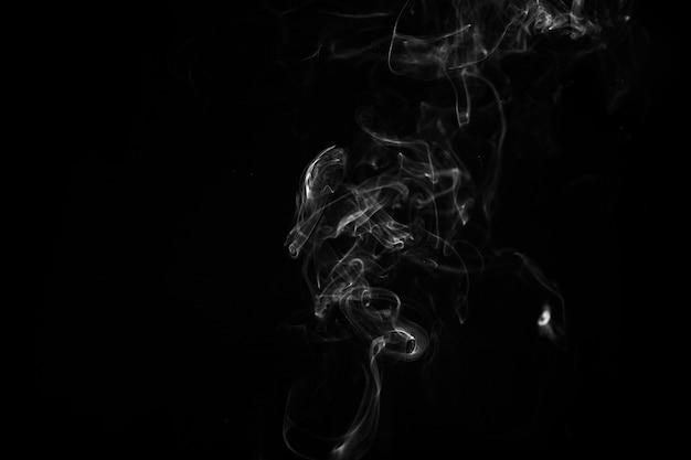 Dünnes rinnsal von weißem rauch