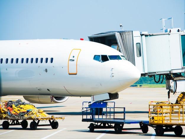 Düsenflugzeug im internationalen flughafen von dubai angedockt