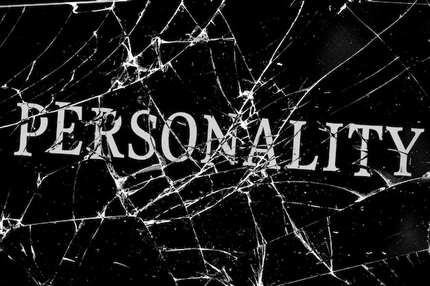 Düstere glasscherben mit rissen mit der aufschrift persönlichkeit