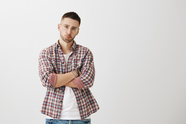 Düsterer und widerstrebender junger mann posiert
