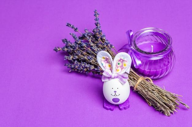 Duftende blumen, natürliche lila kerze und niedlicher hase