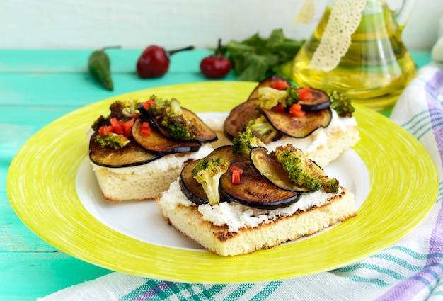 Duftende bruschetta mit feta-käse, auberginenscheiben und brokkoli gegrillt. nahaufnahme