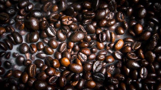 Duftende gebratene kaffeebohnen. mit rauchbraten.